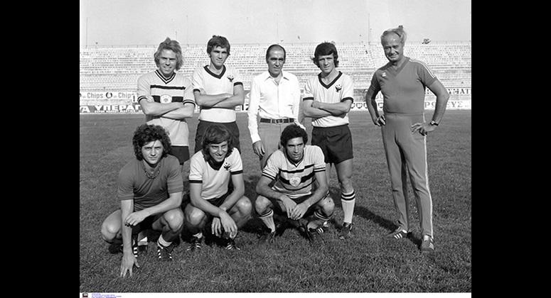 Ο Λουκάς Μπάρλος ανάμεσα στα πρώτα «αποκτήματά» του το 1974: πάνω, οι Τίμο Τσανλάιτερ, Βίκτωρ Θεοφιλόπουλος, Γιώργος Δέδες και ο προπονητής Φράντισεκ Φάντρονκ. Κάτω, οι Βάλτερ Βάγκνερ, Γιώργος Σκρέκης και Χρήστος Αρδίζογλου