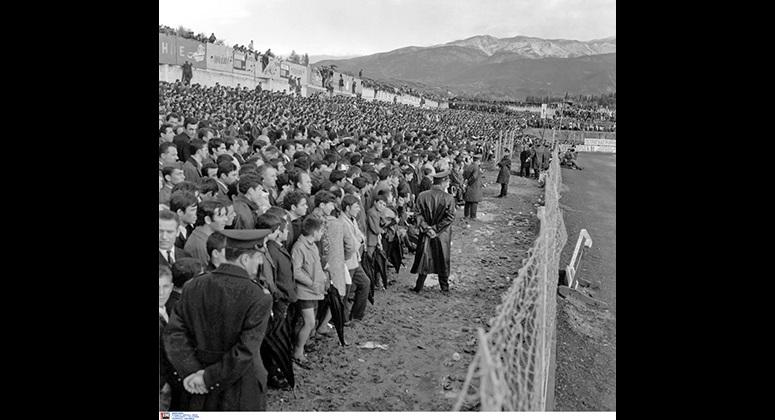 Εικόνες άλλης εποχής από τις εξέδρες του γηπέδου της Παναχαϊκής στη νίκη της ΑΕΚ με 2-0 στις 30/11/69.