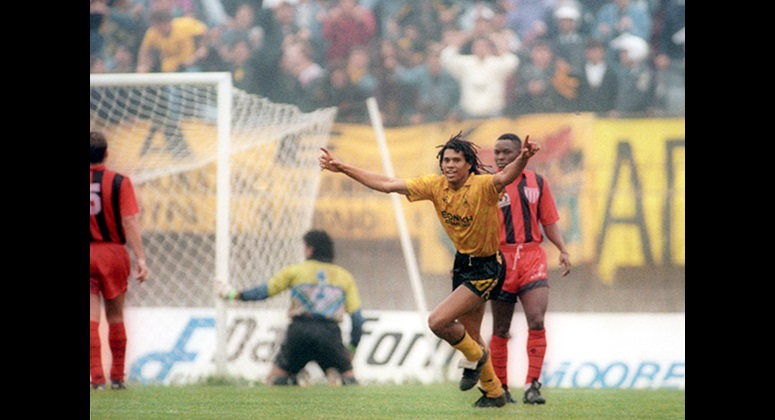 Δευτερόλεπτα πριν ο Ντανιέλ Μπατίστα έχει στείλει την μπάλα στα δίχτυα με τρομερό σουτ, δίνοντας στην ΑΕΚ τη νίκη στον αγώνα που έγινε στο γήπεδο της Παναχαϊκής τον Νοέμβριο του 1991.