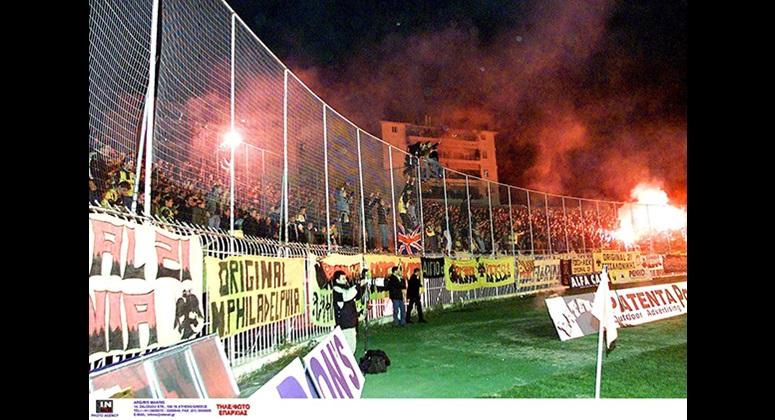 Εντυπωσιακή η παρουσία του κόσμου της ΑΕΚ στη νίκη επί της Παναχαϊκής με 1-0 για το πρωτάθλημα 2001-02.