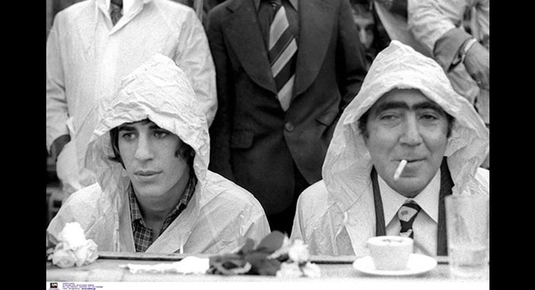 Ο Λουκάς Μπάρλος με τον Θωμά Μαύρο στη Νέα Φιλαδέλφεια ένα βροχερό απόγευμα του 1975