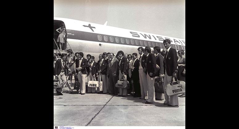Η αποστολή της ΑΕΚ λίγο πριν επιβίβαση στο αεροπλάνο για το ταξίδι στο Τορίνο, όπου η ΑΕΚ έπαιξε τον πρώτο ημιτελικό του Κυπέλλου ΟΥΕΦΑ 1976-77 με τη Γιουβέντους