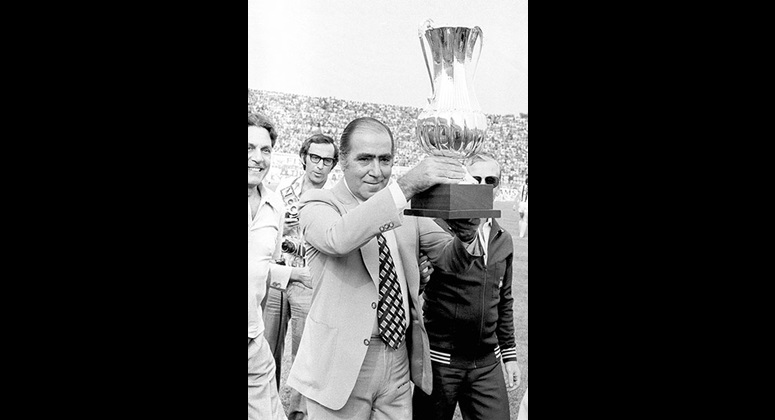Ο Λουκάς Μπάρλος με το τρόπαιο του πρωταθλήματος του 1979