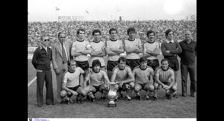 Η πρωταθλήτρια 1979 ΑΕΚ με τον προπονητή Ανδρέα Σταματιάδη, τον πρόεδρο Λουκά Μπάρλο (αριστερά) και τον έφορο Γιάννη Κανάκη (δεξιά). Ορθιοι διακρίνονται οι Νικολάου, Αρδίζογλου, Νικολούδης, Ραβούσης, Ιντζόγλου, Χρηστίδης και καθιστοί οι Τάσος, Μουσούρης, Μπάγεβιτς, Μαύρος και Δομάζος
