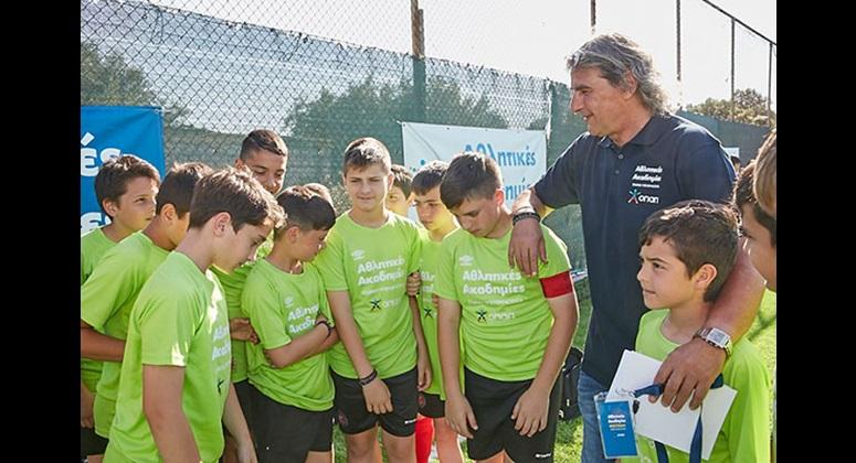 Ο Γιάννης Καλλιτζάκης με παιδιά των αθλητικών ακαδημιών
