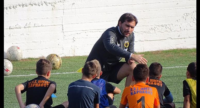 Ο Ηλίας Κυριακίδης μιλά στους νεαρούς αθλητές του ΑΠΣ Ιαπετός